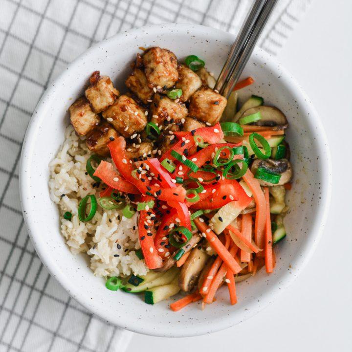 schüssel mit reis, tofu und wokgemüse