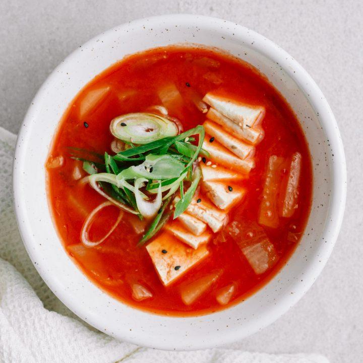 kimchisuppe mit tofu in weißer schüssel