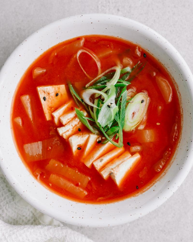 nahaufnahme kimchi suppe mit tofu