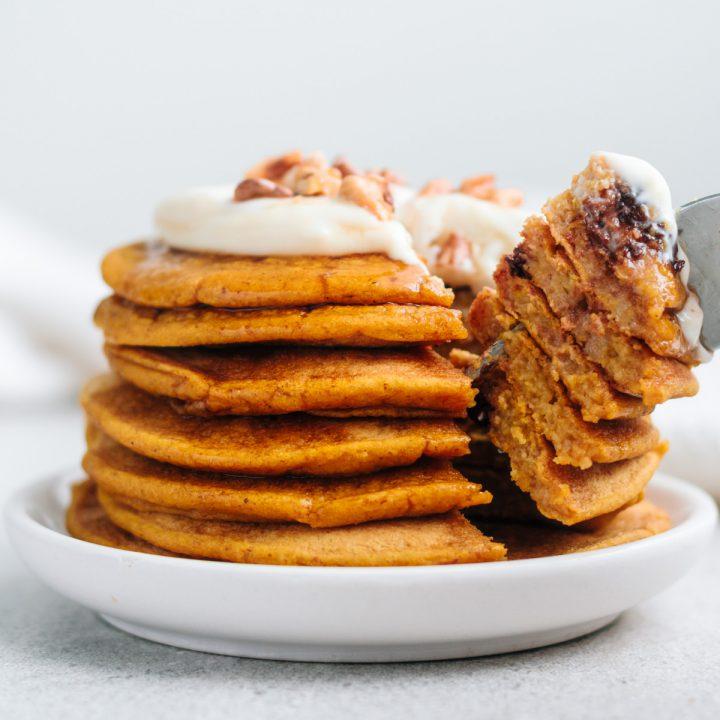 ein stapel angeschnittener kürbis pancakes