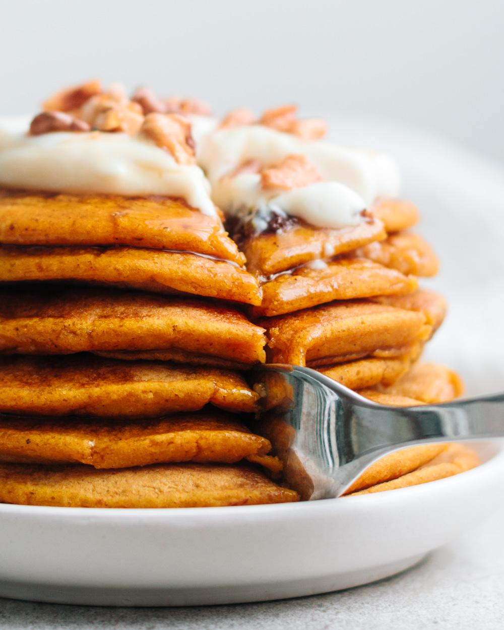 nahaufnahme von kübis-pancakes mit gabel